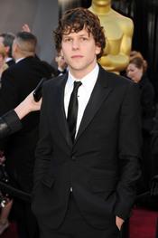 Jesse Eisenberg de 'La red social' en la alfombra roja de los Oscars 2011