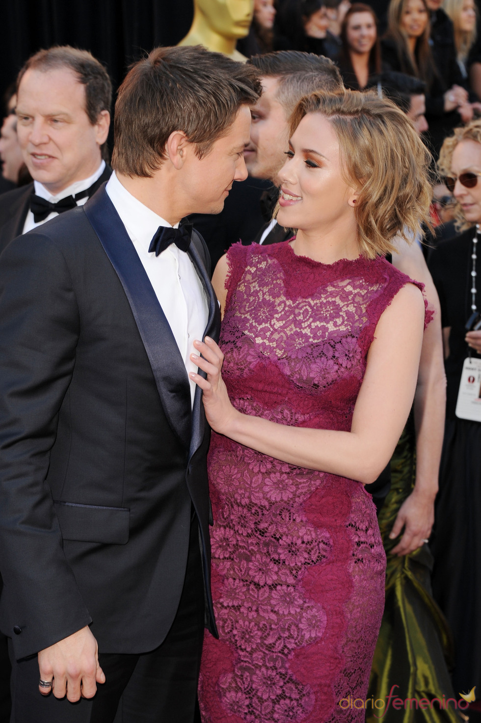 Jeremy Renner y Scarlett Johansson posan juntos en la alfombra roja de los Oscar 2011