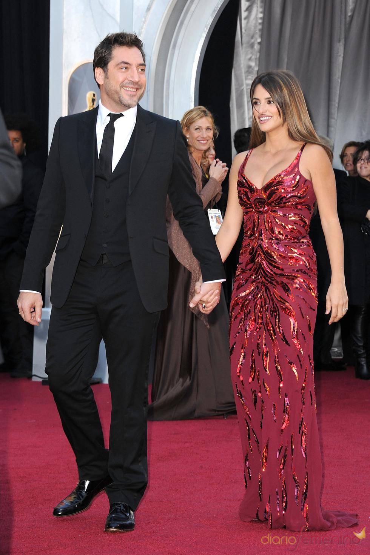 Penelope Cruz y Javier Bardem llegan juntos a la alfombra roja de los Oscar 2011