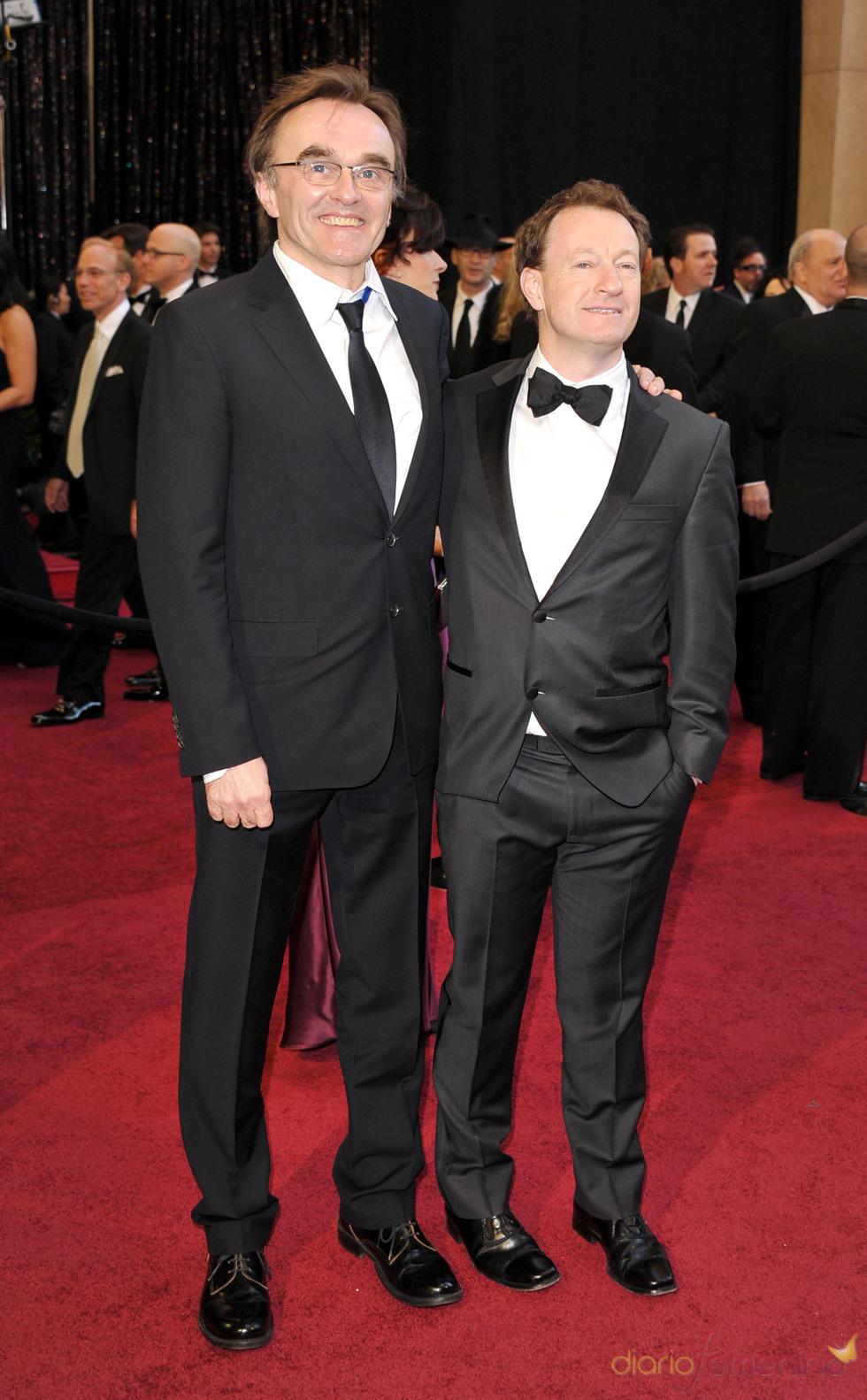 Simon Beaufoy y Danny Boyle posan en la alfombra roja de los Oscar 2011