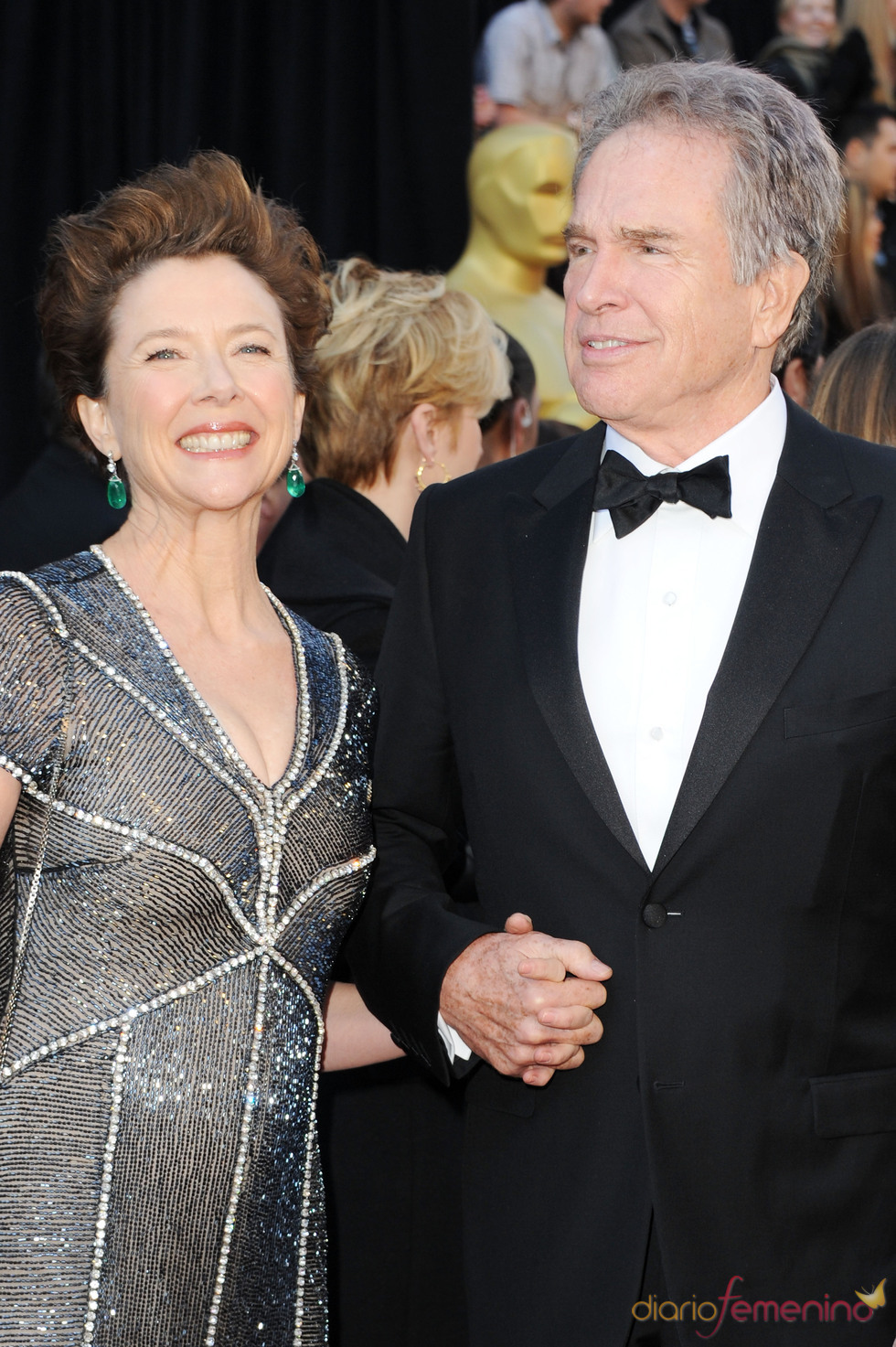 Annette Bening y Warren Beatty posan en la alfombra roja de los Oscar 2011