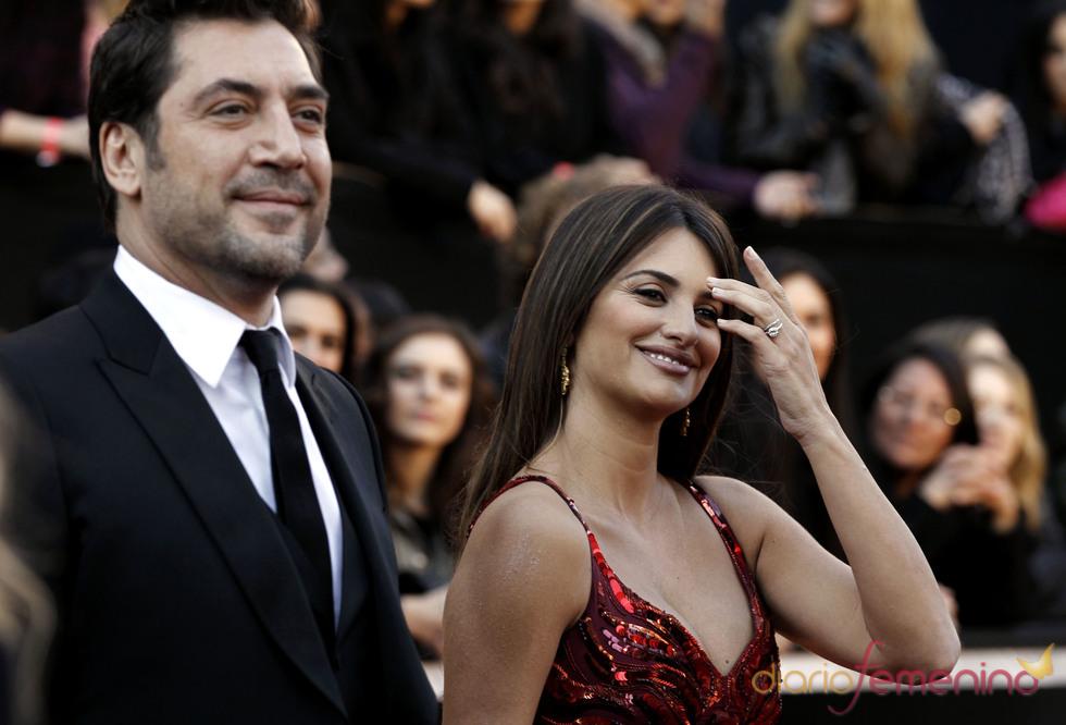 Penélope Cruz y Javier Bardem llegan juntos y felices en la alfombra roja de los Oscar 2011