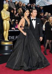 Camila Alves y Matthew McConaughey en la alfombra roja de los Oscar 2011