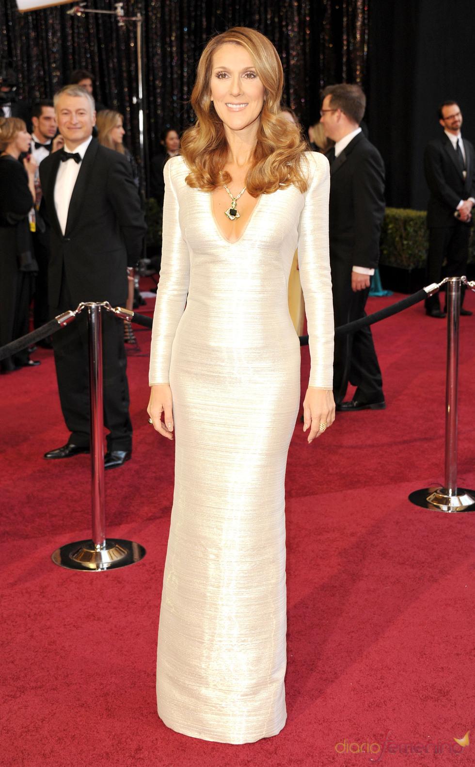 Celine Dion posa en la alfombra roja de los Oscar 2011