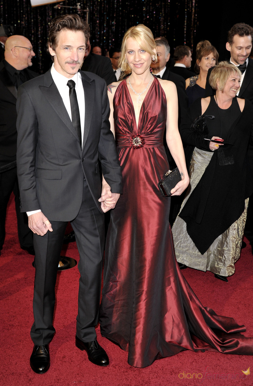 John Hawkes posa en la alfombra roja de los Oscar 2011