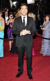 Javier Bardem posa solo en la alfombra roja de los Oscar 2011
