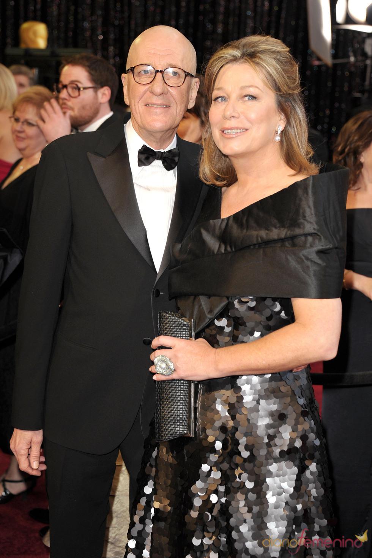 Geoffrey Rush y Jane Menelaus posan en la alfombra roja de los Oscar 2011