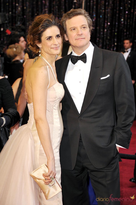 Colin Firth y Livia Giuggioli posan juntos en la alfombra roja de los Oscar 2011