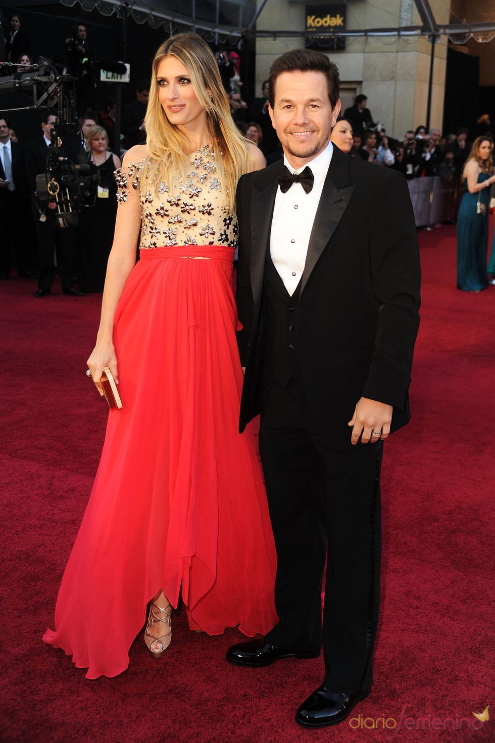 Mark Wahlberg y Rhea Durham posan juntos en la alfombra roja de los Oscar 2011