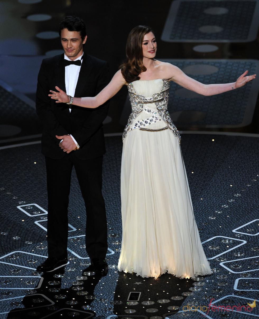 Anne Hathaway y James Franco presentando los Oscar 2011