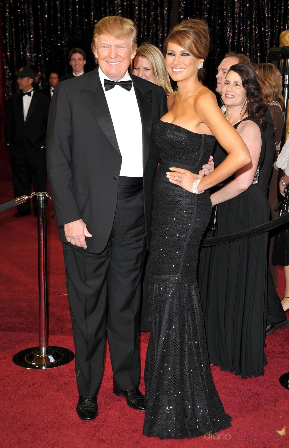 Donald Trump y Melania Trump posan en la alfombra roja de los Oscar 2011