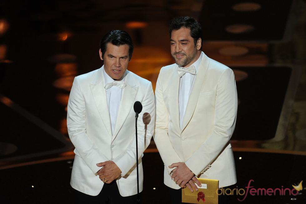 Javier Bardem y Josh Brolin otorgan guión original y guión adaptado. Oscar 2011