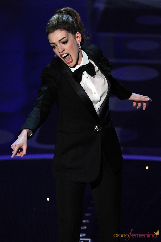 Anne Hathaway cantando durante la ceremonia de los Oscar 2011