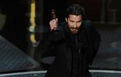 Christian Bale recoge su premio como mejor actor de reparto. Oscar 2011