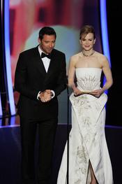 Nicole Kidman y Hugh Jackman otorgan el premio a la mejor banda sonora. Oscar 2011