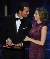 Matthew McConaughey y Scarlett Johansson otorgan los premios de montaje y mezcla de sonido. Oscar 2011
