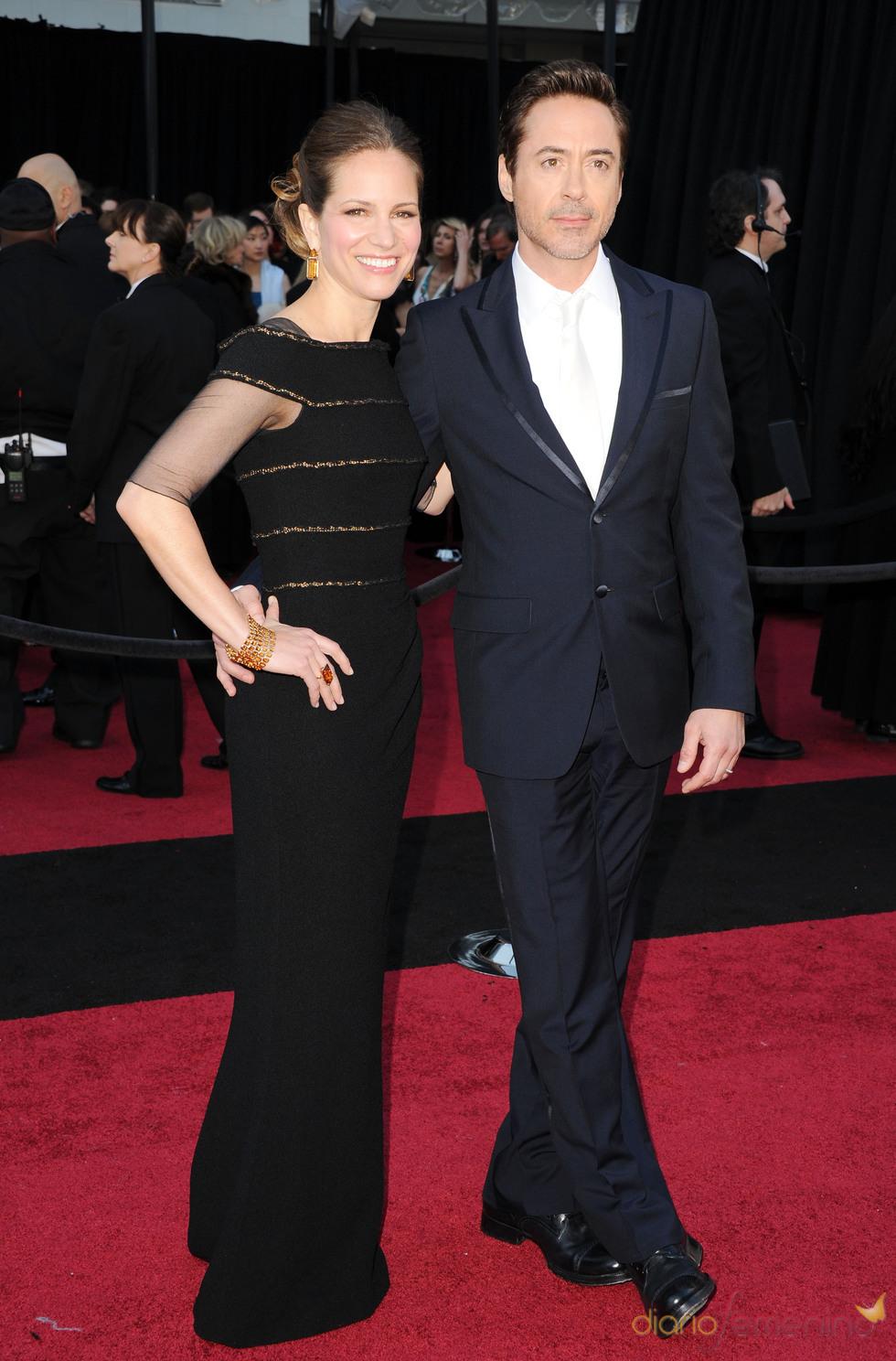 Robert Downey Jr. y Susan Downey posan en la alfombra roja de los Oscar 2011