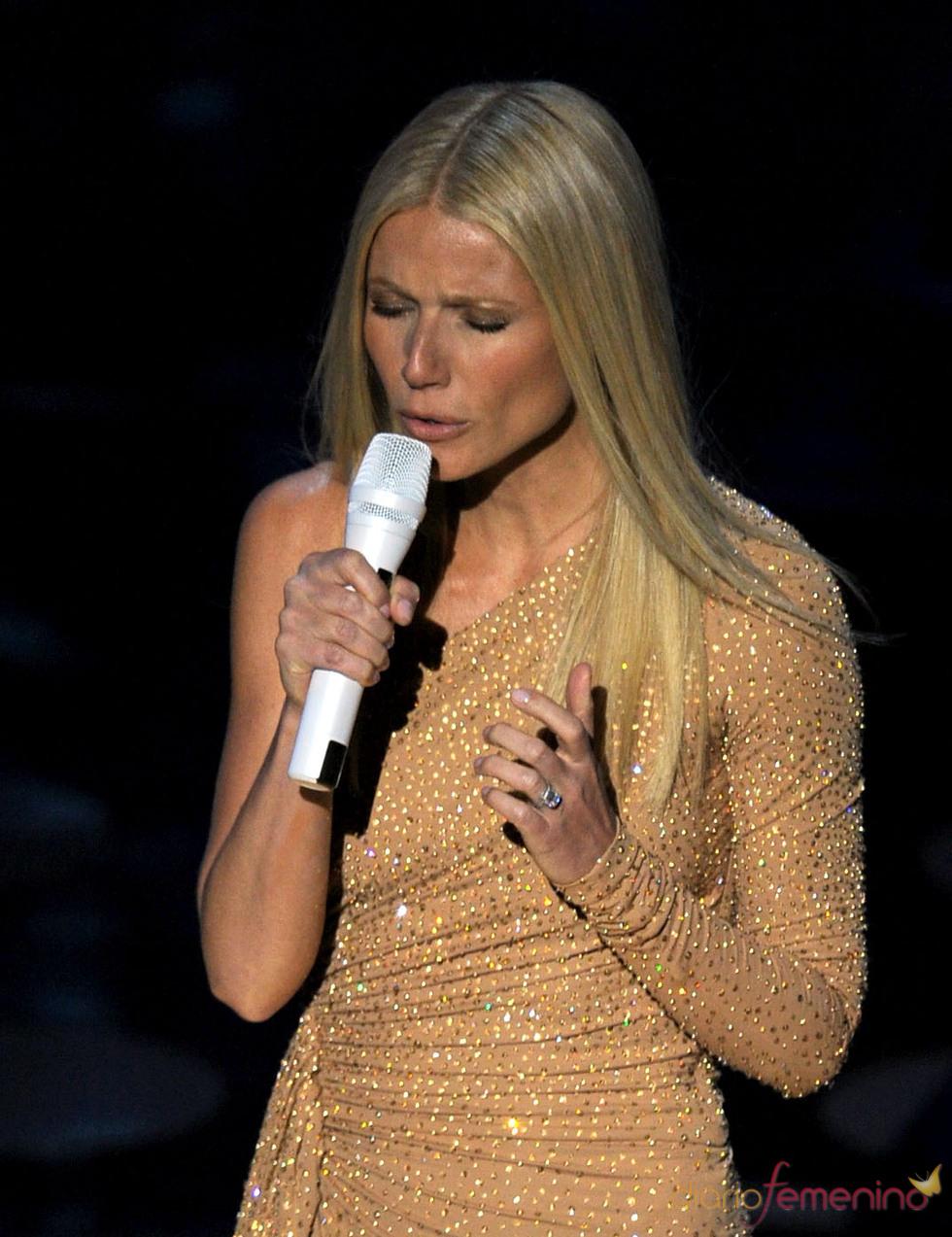 Gwyneth Paltrow canta en la ceremonia de los Oscar 2011