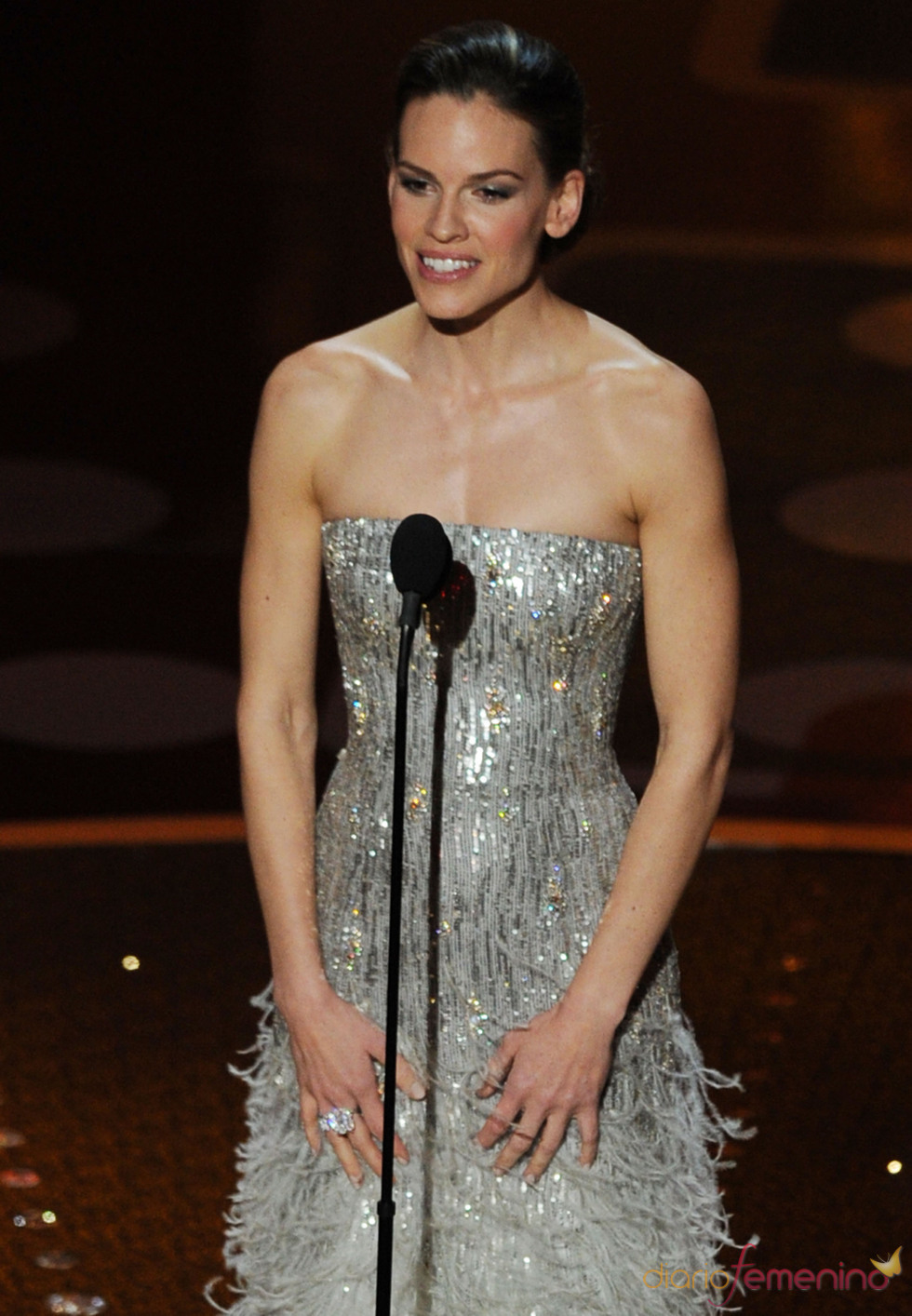 Hillary Swank otorga el premio al mejor director. Oscar 2011