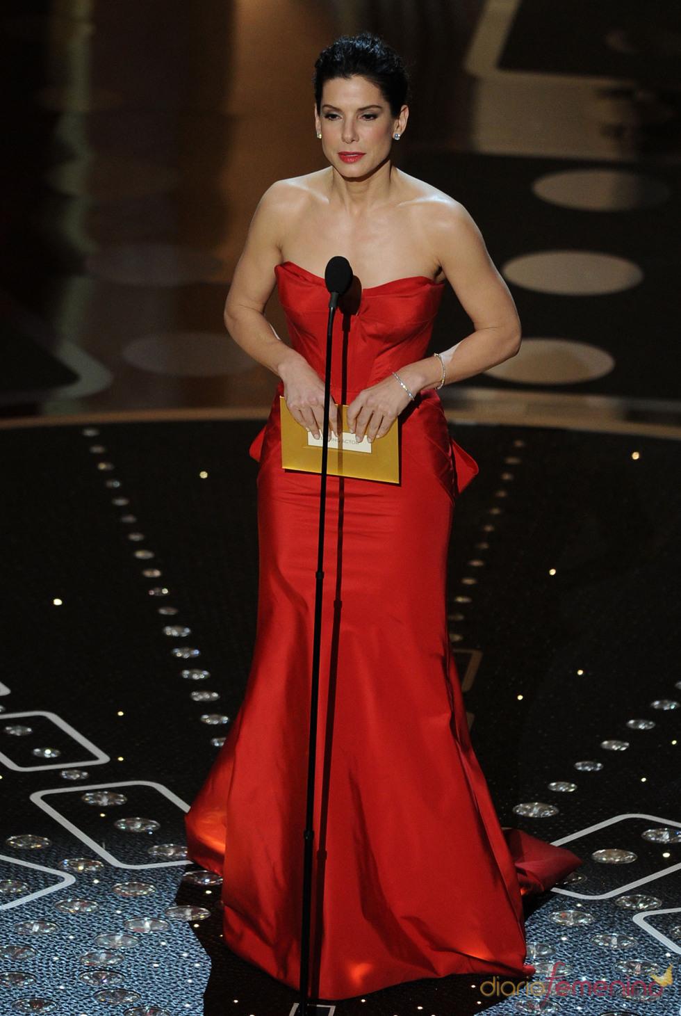Sandra Bullock otorga el premio al mejor actor. Oscar 2011