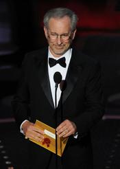 Steven Spielberg otorga el premio a mejor película.