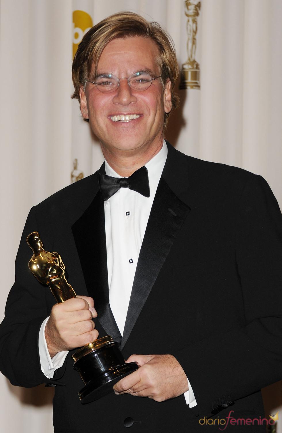 Aaron Sorkin posa con su Oscar a 'Mejor Montaje' 2011