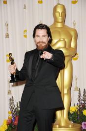 Christian Bale posa con su Oscar a Mejor Actor de Reparto 2011