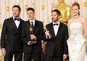 Hugh Jackman y Nicole Kidman con los ganadores del Oscar al 'Mejor Guión Adaptado' por 'La Red Social'