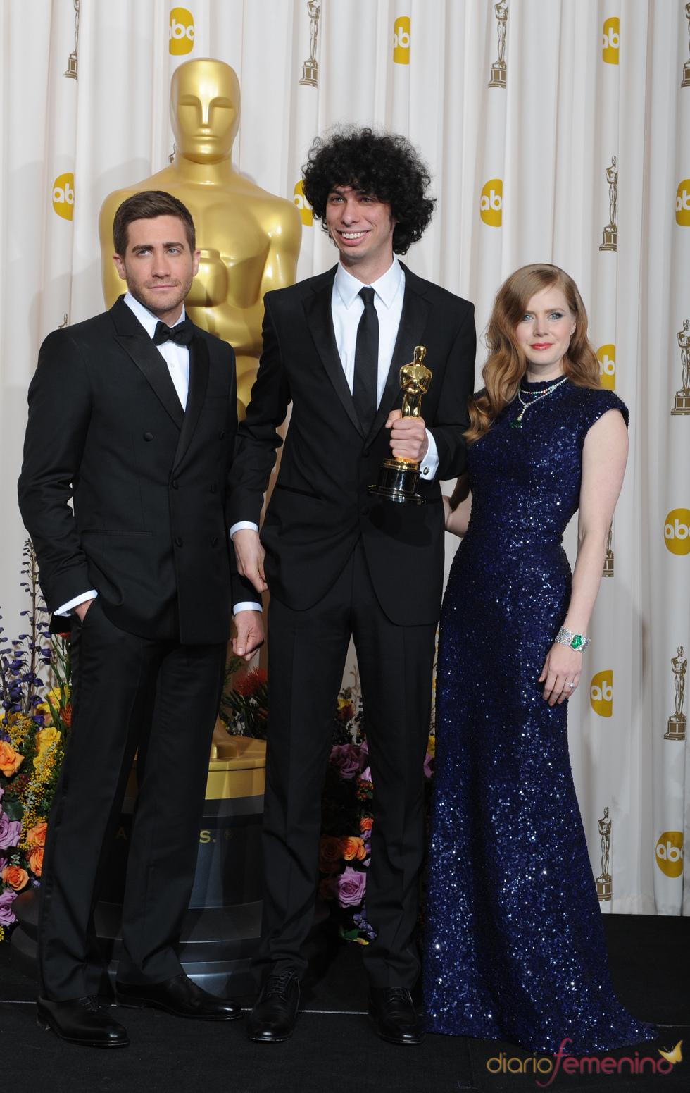 Jack Gyllenhaal y Amy Adams posan con Luke Matheny, Oscar 2011 a 'Mejor cortometraje'