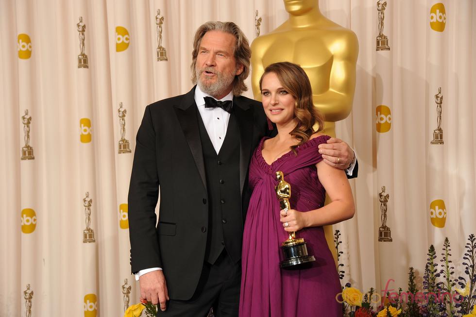 Natalie Portman, Oscar 2011 a 'Mejor Actriz' posa con Jeff Bridges