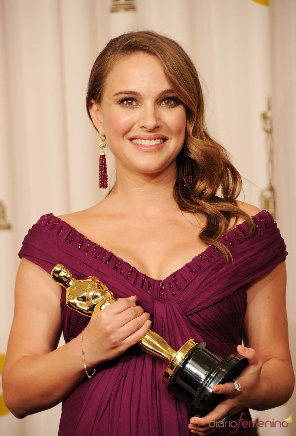 Natalie Portman posa con su Oscar 2011 a 'Mejor actriz' por 'Cisne negro'