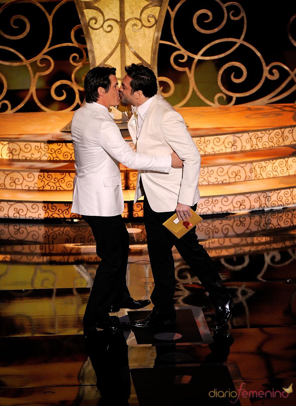 Javier Bardem y Josh Brolin se dan un beso en los Oscar 2011