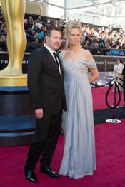 Brian y Camilla Oliver en la alfombra roja de los Oscars 2011