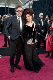 Tim Burton y Helena Bonham Carter en la alfombra roja de los Oscars 2011