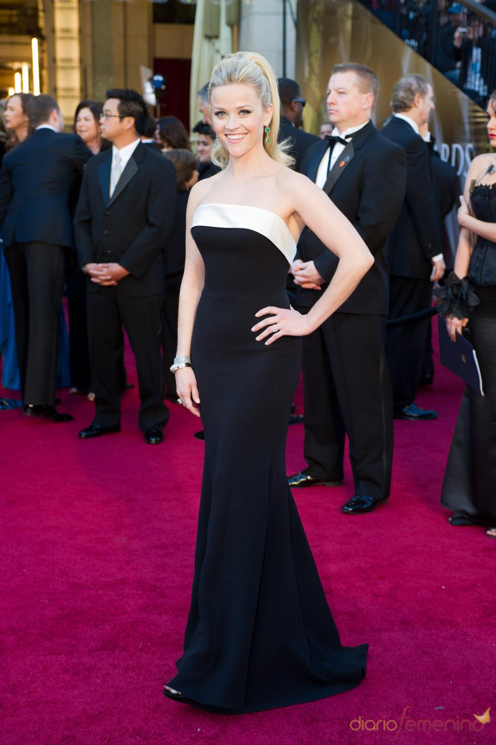 Reese Witherspoon en la alfombra roja de los Oscars 2011