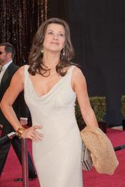 Daphne Zuñiga en la alfombra roja de los Oscars 2011