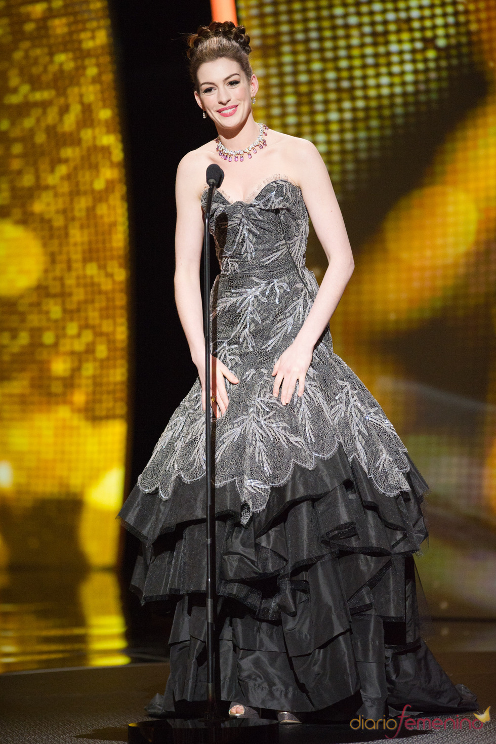 Anne Hathaway con un vestido palabra de honor negro Oscar 2011