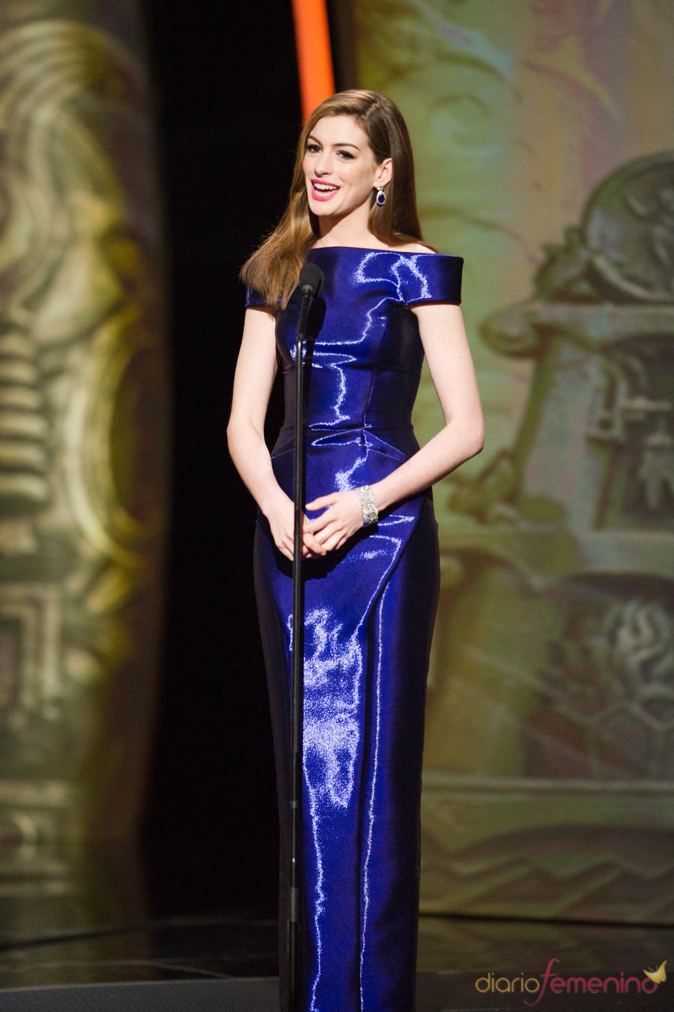 Anne Hathaway con un vestido azul eléctrico en los Oscar 2011