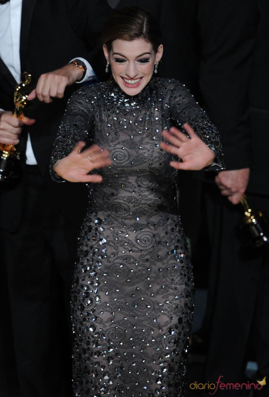 Anne Hathaway con un vestido negro de manga larga en los Oscar 2011