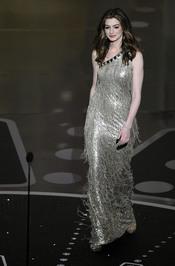Anne Hathaway con un vestido de flecos en los Oscars 2011