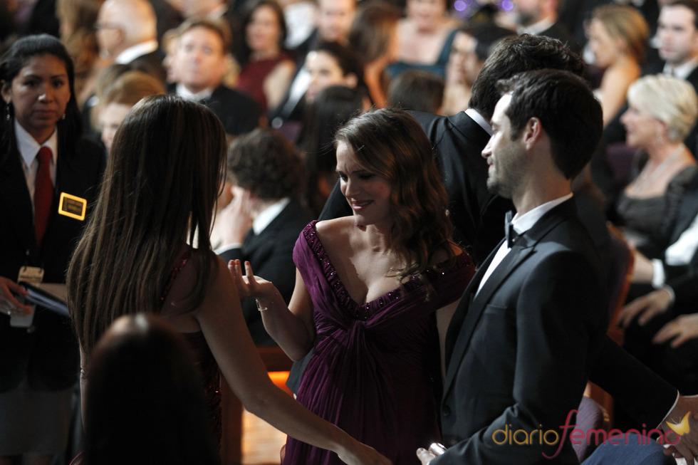 Penélope Cruz charla con Natalie Portman durante la cena de los Oscar 2011