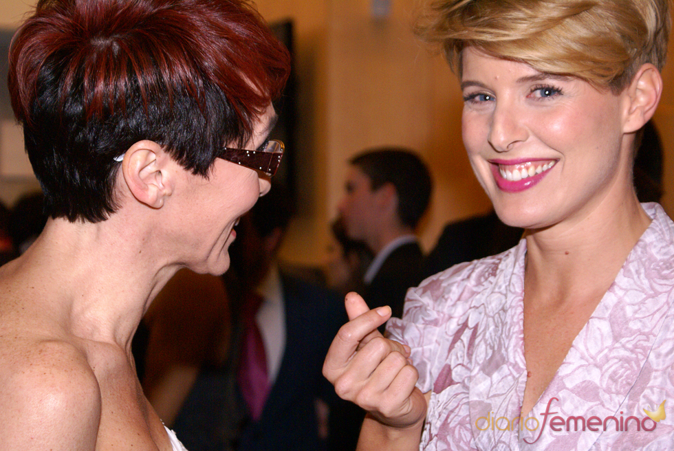 Tania Llasera y Lola González bromean en el cóctel de los Premios TP