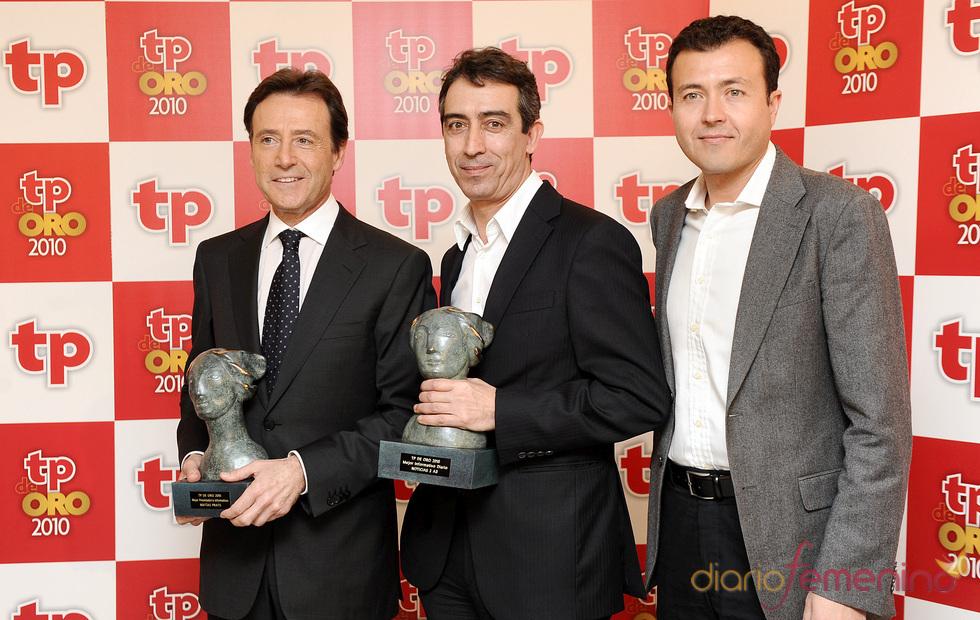 Matías Prats y el equipo de 'Informativos Antena 3 Segunda edición' posan con sus TP de Oro 2010