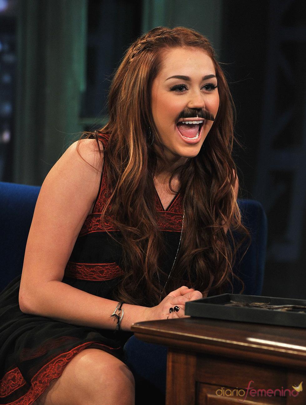 Miley Cyrus se pone bigote