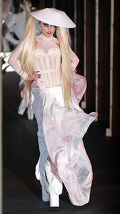 Lady Gaga desfila para Thierry Mugler en Paris