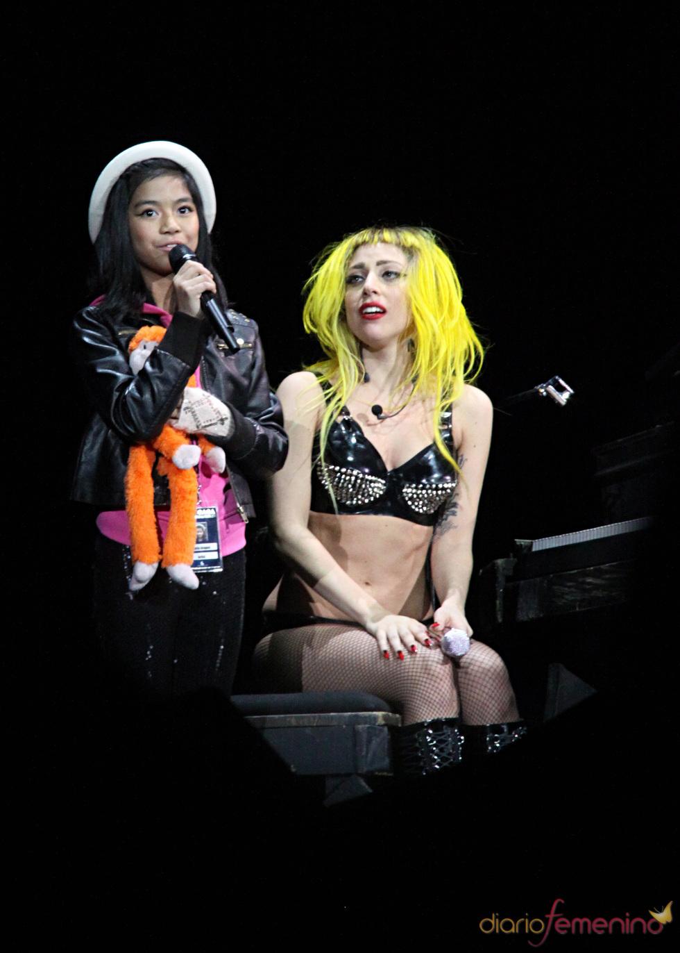 Lady Gaga se emociona cantando junto a la pequeña María Aragón