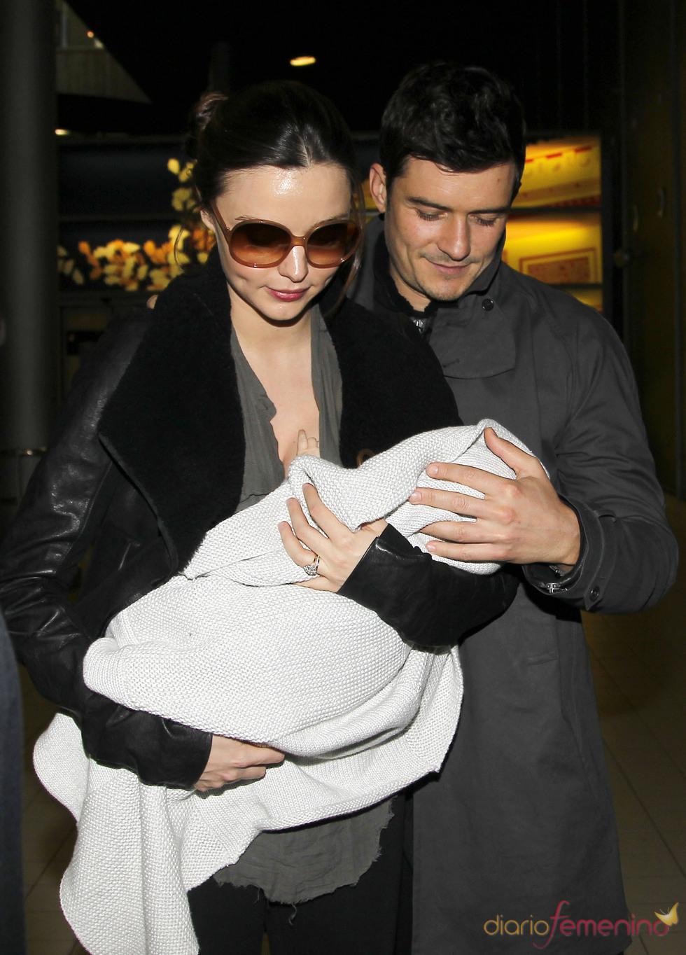 Orlando Bloom muy pendiente de Miranda Kerr y su hijo Flynn
