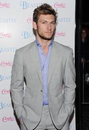 Alex Pettyfer, muy guapo con un traje gris