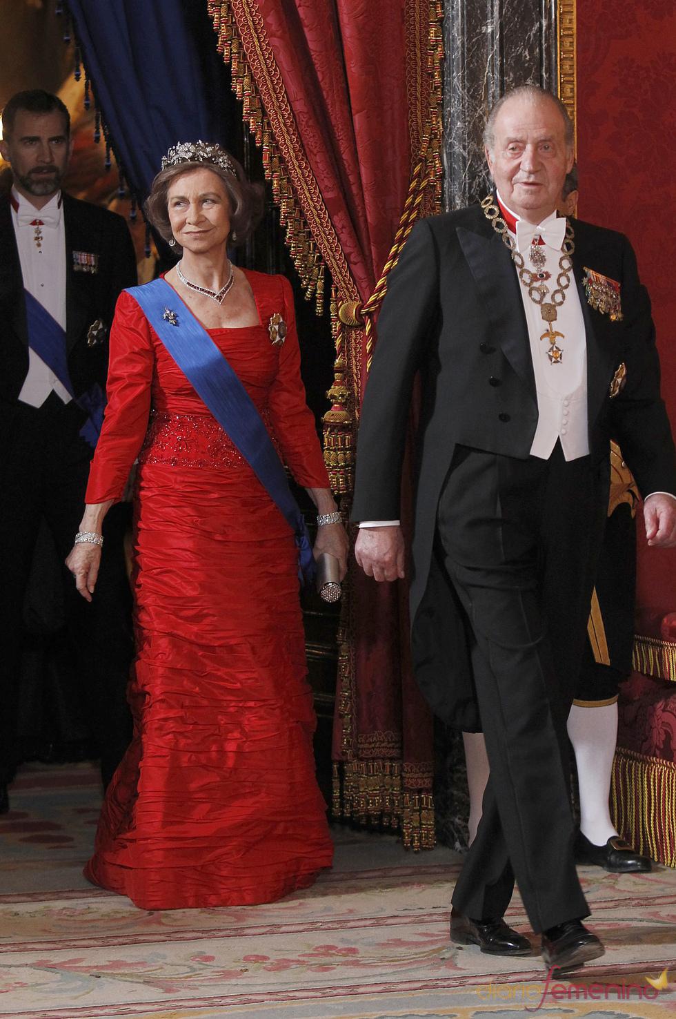 Los Reyes de España vestidos de gala