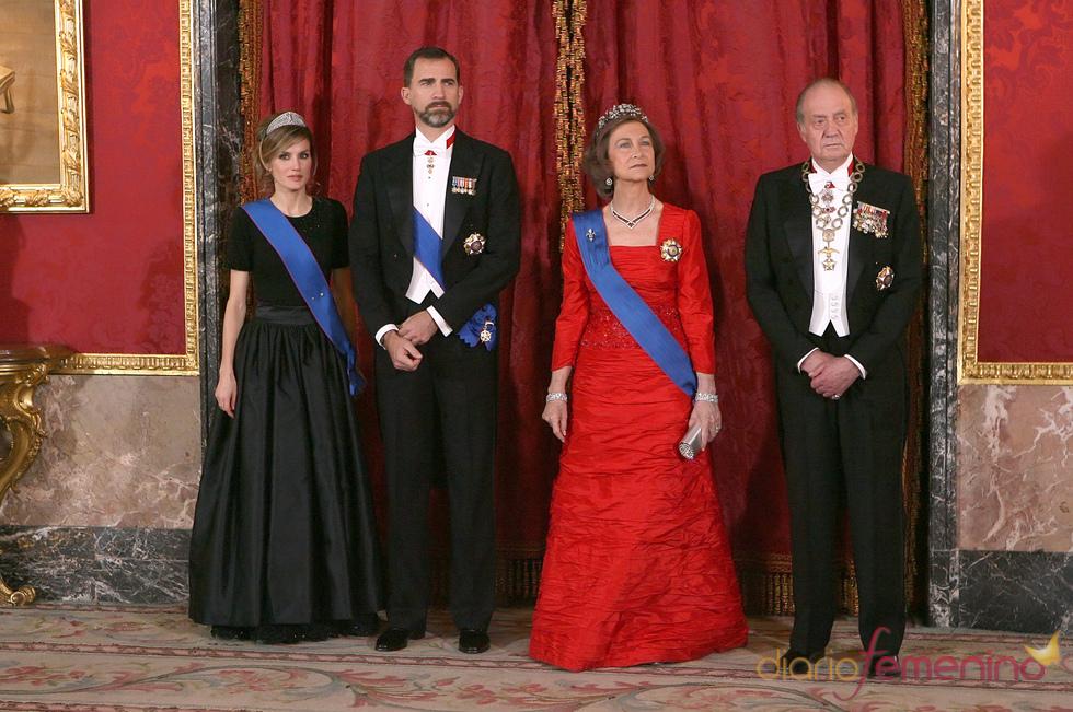 Los Príncipes y los Reyes en la cena de gala en honor al Presidente de Chile